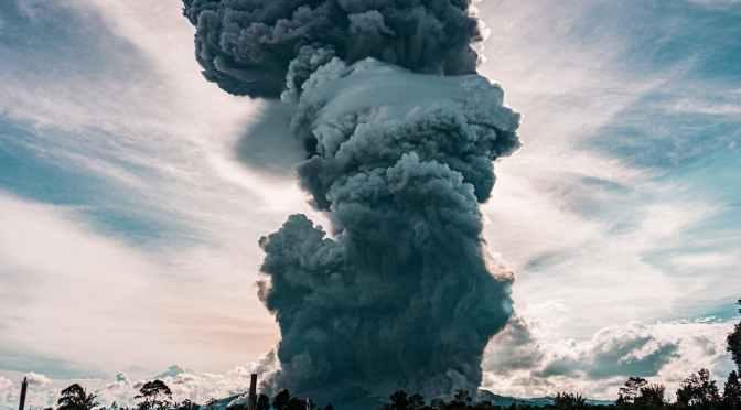 Vulcão em erupção na indonésia e por que um vulcão entra em erupção?